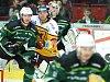 HC Energie (v zeleném) hostila Duklu JihlavaBeránek a Straka před brankářem Novotným