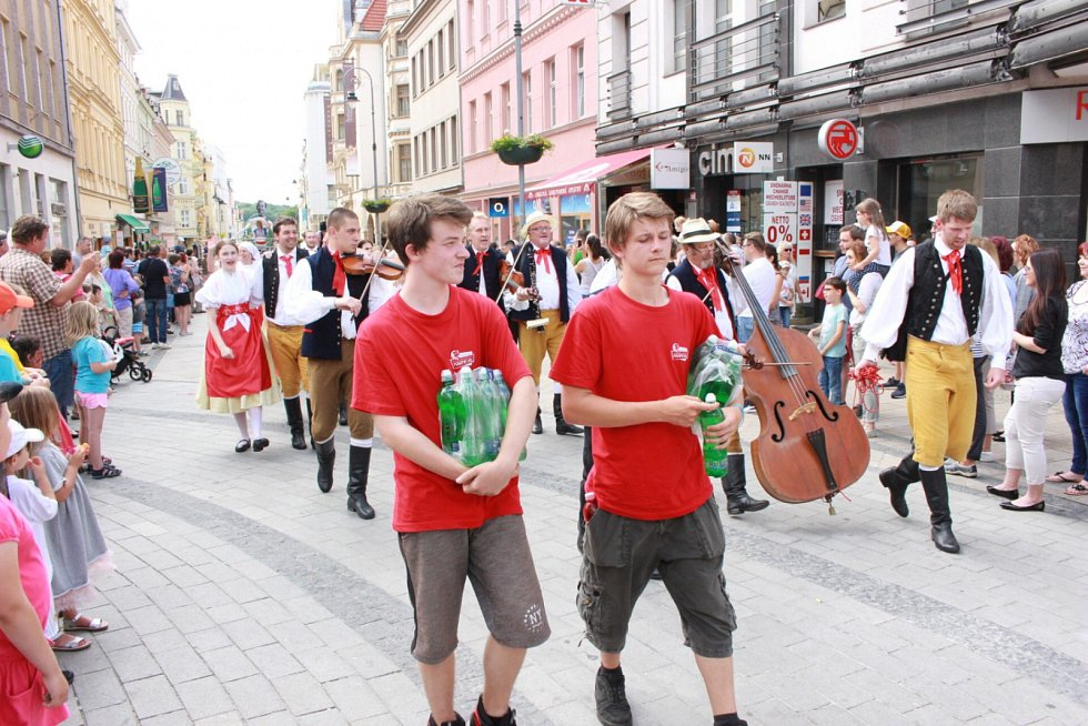 Karnevalový průvod prošel Karlovými Vary sledován stovkami přihlížejících.