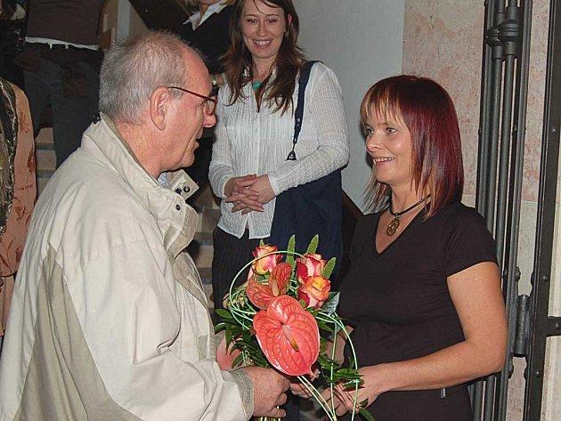 Nestor krušnohorských hrnčířů Ivan Terš na středeční karlovarské vernisáži kyticí zpečetil spolupráci s fotografkou Jitkou Rjaškovou.