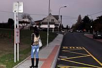 VÝSTUPNÍ STANICE. Zde lidé mohou z autobusu vystupovat. Některým lidem z Tašovic dost vadí, že je vůz neodveze dál do Sopečné ulice.