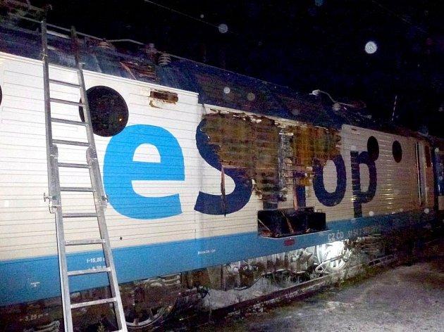 Na nádraží v Karlových Varech začala hořet lokomotiva, škoda je 10 milionů korun