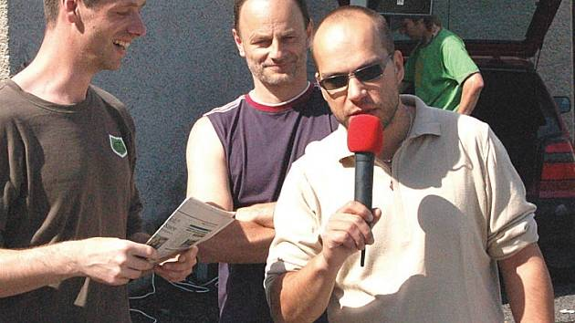 RADNÍ HÁJIL CESTY. Karlovarský radní Václav Tomášek (na snímku s mikrofonem) vysvětloval Karlovarákům například účel služebních cest do zahraničí a odmítl názor, že radnice je cestovní kancelář.