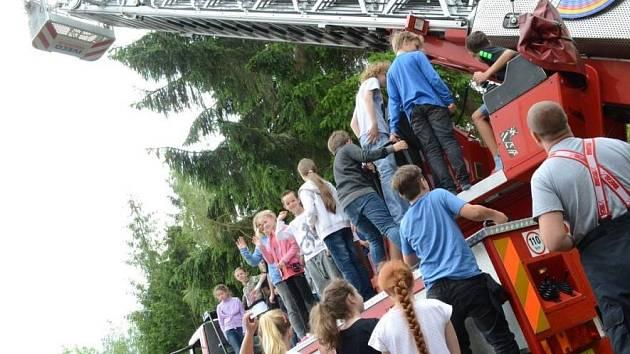 Společné cvičení hasičů a školy na téma únik čpavku.