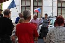 Zhruba čtyřicet lidí v Horní Blatné na Karlovarsku podpořilo  Milion chvilek pro demokracii. Na setkání vyzvali na dálku premiéra Babiše a ministryni Benešovou k rezignaci.