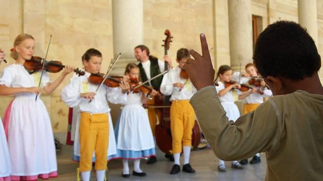 O FOLKLORNÍ FESTIVAL je každoročně velký zájem. Vystoupení jsou k vidění po celém regionu, nejvíce jich je ale tradičně v Karlových Varech. Tady se zpívá a tančí například na kolonádách.