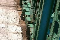 Stav mostu v Šemnici 3 roky po jeho celkové rekonstrukci. Nájezd na most od Boru. To vše také jako důsledek nájezdu těžkých vozidel na most!