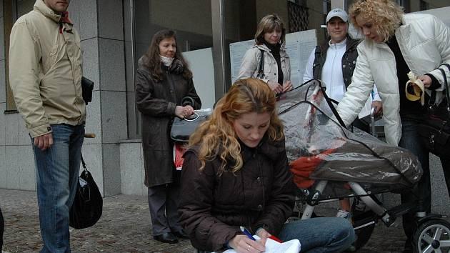 VYHRAJÍ BOJ? Maminky dětí ze školky v ulici Krále Jiřího vyzvaly primátorku, aby mateřinku zachovala.