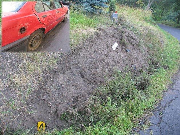 """Havárie u pomníčku. Na stejném místě, kde v minulosti zahynul člověk (pomníček nad """"rozrytou"""" částí svahu), havaroval v úterý mladík z Plzně. Nehoda, kterou způsobil svou neopatrnou jízdou, naštěstí dopadla o poznání lépe – posádka vozu (na malém snímku)."""