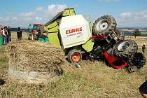 Nehoda traktoru, do kterého narazil balík slámy, nedaleko od Žlutic na Karlovarsku