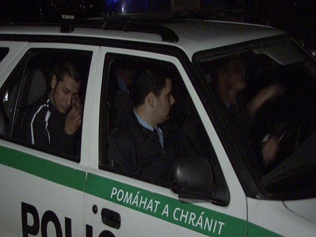 Policisté v úterý večer odvezli do cel hned několik aktérů rvačky mezi nejdeckými Romy a muži zákona. Na obou stranách byly po incidentu, který ukončil až výstřel z pistole nejdeckého strážníka, zranění.