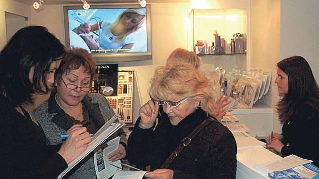 Plná recepce střediska Asklepion v hotelu Dvořák, kde se včera uskutečnila preventivní akce Medicína proti stárnutí.