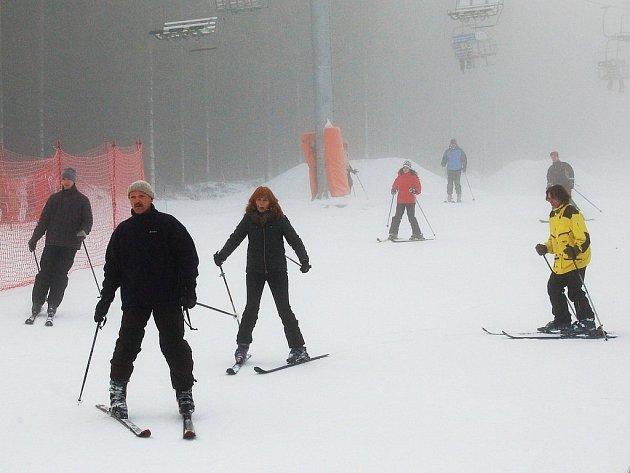 KLÍNOVEC JEDE. Sjezdovky na severních svazích Klínovce lyžaři neopustili ani v týdnu. (Ilustrační foto.)