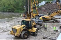 Stavba nového mostu pokročila. Velké míchačky už začaly připravovat základy. Bagry a těžká technika jedou na plné obrátky.