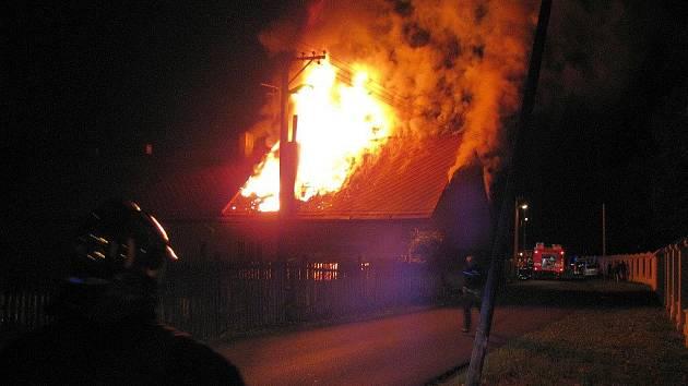 Požár rodinného domku v Ostrově