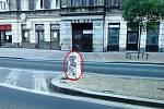 Strážníky karlovarské městské policie překvapil v úterý černý výlep plakátů