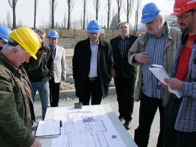 Už za pár měsíců se budou moci Karlovaráci vykoupat v novém bazénu u KV Areny. Práce na jeho výstavbě pokračují bez větších komplikací. Město postup prací prověřuje na pravidelných kontrolních dnech.
