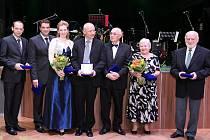 Někteří z karlovarských primátorů na společném snímku. Petr Kulhánek, Werner Hauptmann, Veronika Vlková, Zdeněk Roubínek, Igor Savič, Miroslava Štorkánová a Václav Lokvenc (zleva).