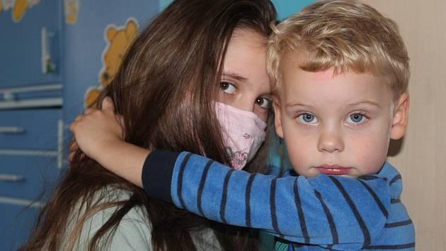 Jak mají postupovat rodiny, kde je jen jeden člověk kvůli koronaviru v karanténě? Podle hygieniků nemusí být od ostatních členů domácnosti izolován.