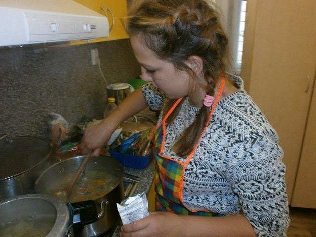 Soutěžící školáci se snažili připravit co nejchutnější polévku.