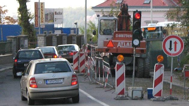 Kvůli opravě je doprava svedena do jednoho pruhu a řada řidičů zde lehkovážně riskuje.