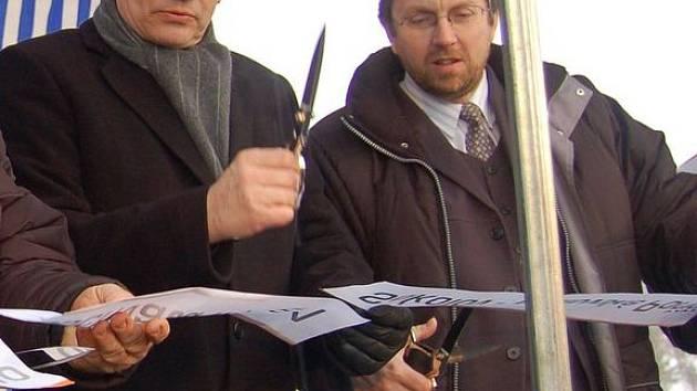 STŘÍHAJÍ ZDARMA. Starosta Sokolova Karek Jakobec (na snímku s hejtmanem) nemá nárok na žádné další odměny.