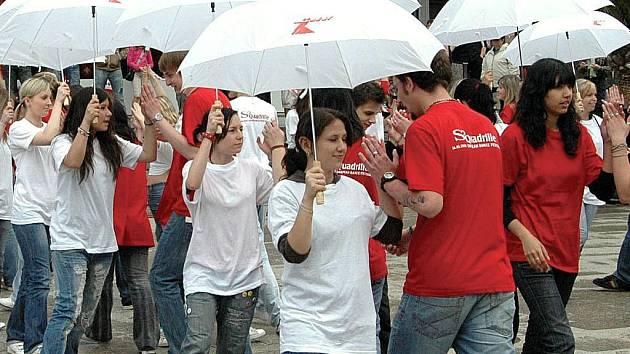 Studenti se jako první Karlovaráci ocitnou díky tanci před Thermalem v Guinnesově knize.