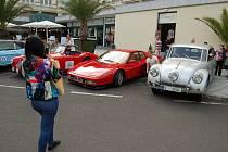 Sedmadvacet historických i novějších vozů přijelo v sobotu v rámci druhého ročníku akce Mattoni Engine Carlsbad Classic do Karlových Varů.