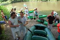 Víkend přilákal k vodě davy vodáků. Na raftech nebo kánoích vyrazili nejčastěji na trasu Loket – Karlovy Vary.