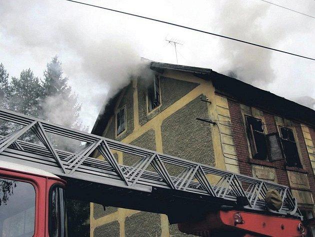 Oheň v domě v Rotavě byl úmyslně zapálen kvůli pojistnému podvodu. Policie už drží ve vazbě dva pachatele. Škoda je 300 tisíc korun.