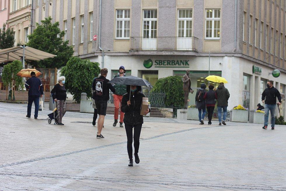 S rouškou nebo bez? Někteří je stále nosí, jiní už je venku nepoužívají.