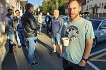 Chlebíčky, brambůrky a další dobroty na stole, vůně čerstvé kávy, ale také trochu rozpaky z průběžných výsledků voleb. Tak to vypadalo po 16. hodině 9. října ve volebních štábu Pirátů a STANU v klubovně Epic v Karlových Varech.
