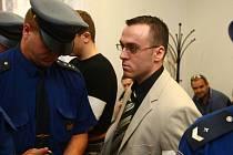 V Plzni se koná soud s manželi Filipem (na snímku, v bílém saku) a Marcelou Karbanovými a jejich spolupachatelem Miroslavem Kozmérem. Všichni tři jsou obviněni z vraždy pětatřicetiletého Němce. Tělo oběti rozřezali a zakopali v lese u Krásna.