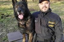 Policista se psem Adagem.