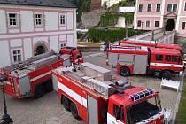 Cvičení profesionálních i dobrovolných hasičů při simulovaném požáru hradu v bečovském památkovém areálu.