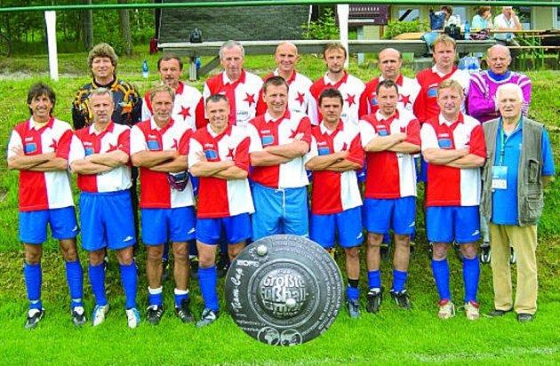 Neoficiální vicemistři světa v kopané v kategorii od 45 do 50 let, tak tím se mohou pochlubit právě hráči Old Boys Slavie Karlovy Vary, kteří skončili na kvalitně obsazeném turnaji v německém Klingenthalu na stříbrné příčce.