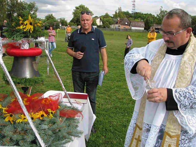 VYSVĚCENÍ nového zvonu svaté Barbory bylo v Horách pro místní obyvatele velkou kulturní i společenskou událostí