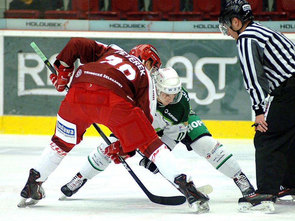 Hokejisté HC Energie (v bílém) hostili borce Frýdku - Místku.