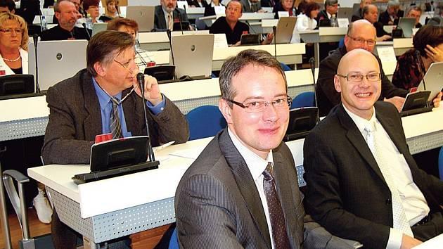 Ještě se smáli. Na závěrečném jednání krajského zastupitelstva před volbami se Radomil Gold a René Bolvari z ODS (zleva) usmívali. Budou mít radost i na ustavujícím jednání nového zastupitelstva?