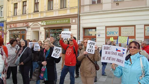 V pondělí 13. května se v Karlových Varech stejně jako v dalších městech demonstrovalo proti zvolení Marie Benešové do funkce ministryně spravedlnosti. Lidé přišli i s transparenty proti premiéru Andreji Babišovi.