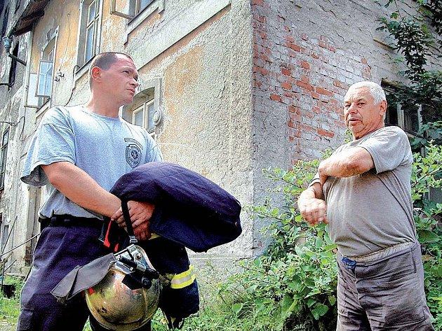 Žhářství nebo nehoda? Dřevěný mlýn (v pozadí) v Horních Tašovicích vyhořel.