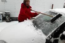 V Krušných horách napadlo v noci ze 17. na 18. dubna několik centimetrů sněhu. Na silnicích ležela rozježděná břečka, kterou museli odklízet pluhy.