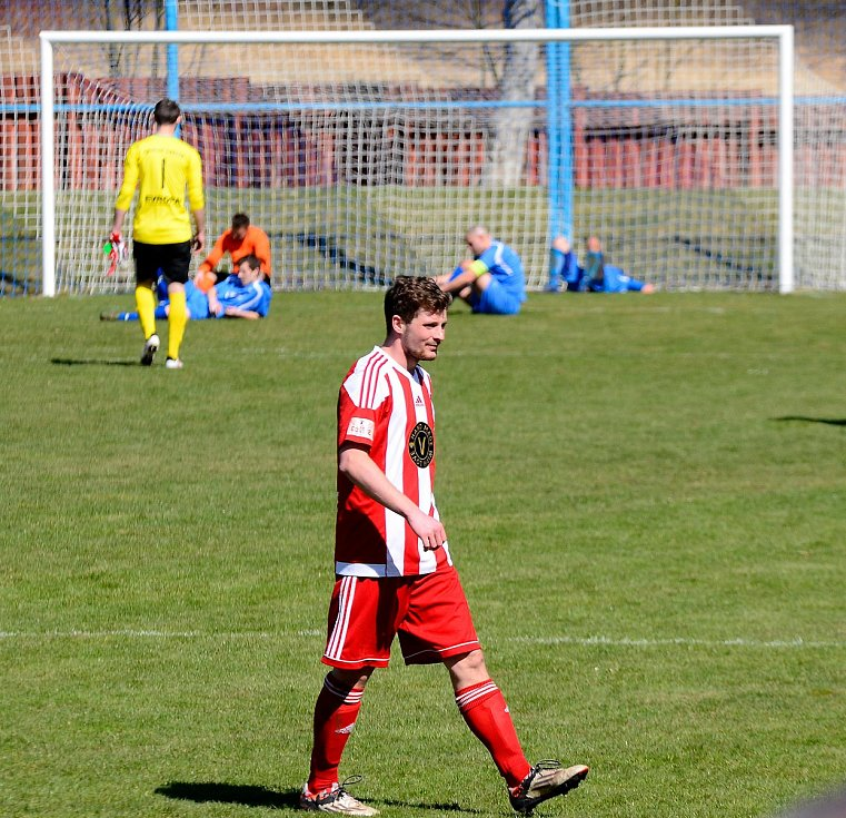 Dokonalý obrat předvedli fotbalisté Chodova (v pruhovaném) v souboji s karlovarskou Lokomotivou (V modrém), když vedli 2:0, poté prohrávali 2:3, a nakonec slavili výhru 4:3, když vítěznou trefu obstaral v 91. minutě kapitán Spartaku Lukáš Kočí.