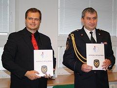 Ředitelé (zleva) Roman Sýkora a Václav Klemák po podpisu dohody o spolupráci.