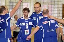 V dalším dvojzápase druhé ligy hráči Volejbalového klubu Karlovy Vary (v modrém) porazili na své palubovce družstvo TJ Praga v poměru 3:1 a 3:0