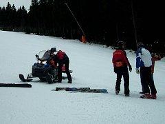 Osmatřicetiletý jezdec na sněžném skútru včera večer zřejmě na sjezdovce Klínovec sever nezvládl řízení a skončil v bezvědomí pod svým strojem.