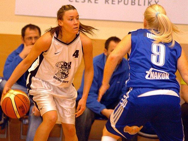 V rozhodujícím utkání malého semifinále si poradila karlovarská Lokomotiva (v bílém) v pátečním podvečeru na své palubovce s družstvem Strakonic (v modrém) v poměru 79:54.