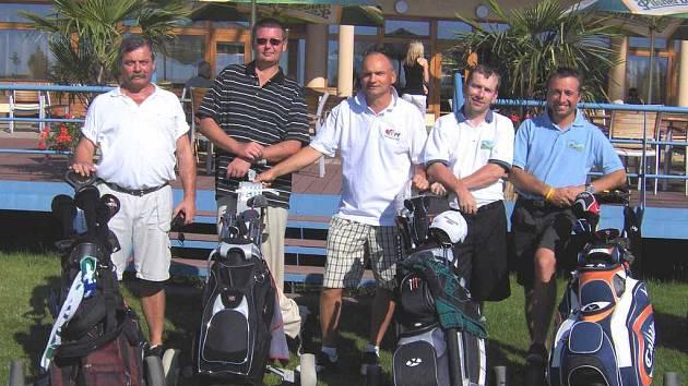 Než se krušnohorští golfisté dočkají vlastního hřiště, musejí za sportem do údolí. Vpravo je předseda klubu Martin Loukota.
