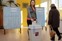 """Jedna z prvních voliček v Karlovarském kraji Eva Vávrová. """"Je to historický okamžik, jednou na tuto volbu budu vzpomínat,"""" svěřila se. Foto: Deník/Petr Toman"""