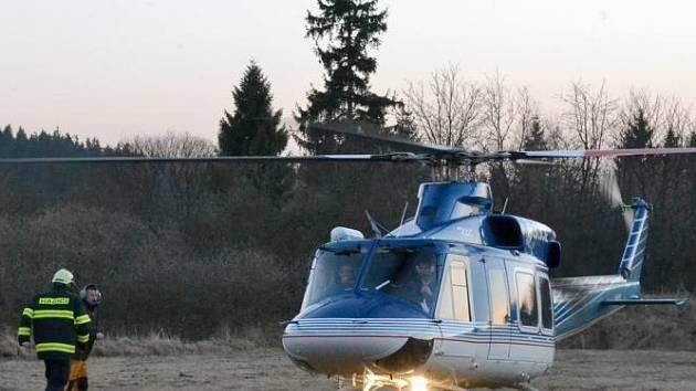 Hasičům do vojenského prostoru přiletěl na pomoc i vrtulník.