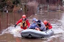 VELKÁ VODA na Karlovarsku zaměstnala v lednu hasiče, kteří zachraňovali nejen majetky. Ze zahrádkářské kolonie ve Dvorech museli evakuovat na člunu dva lidi.